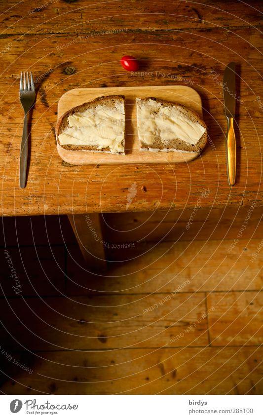 einfach und lecker Tomate Brot Ernährung Frühstück Bioprodukte Vesper Belegtes Brot Besteck Messer Gabel Tisch Esstisch Holzfußboden Holztisch alt authentisch