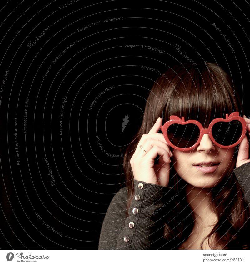 apple-eyes Raum feminin Junge Frau Jugendliche Kindheit Erwachsene Leben 1 Mensch 18-30 Jahre Pullover Sonnenbrille brünett langhaarig Pony schön einzigartig
