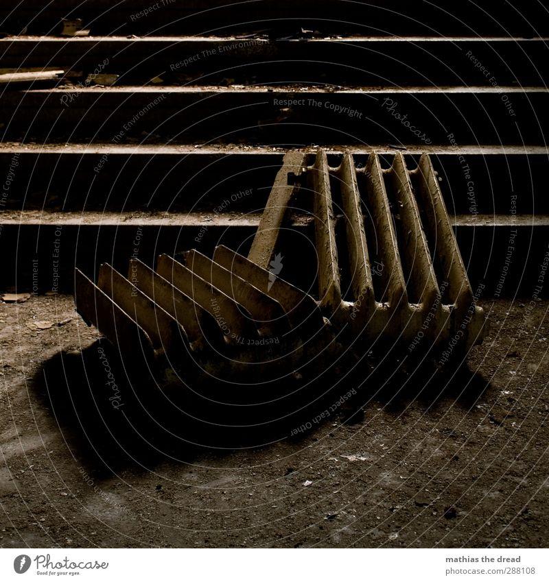 HEIZUNG BITTE Bauwerk Gebäude Architektur Treppe dunkel kalt Wärme Heizkörper gebrochen Stillleben dreckig Farbfoto Gedeckte Farben Innenaufnahme Menschenleer