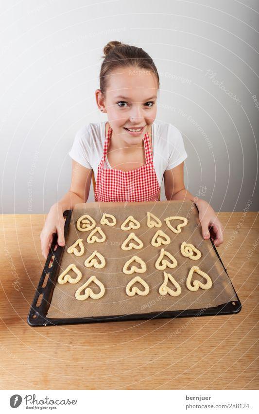 bakerman is baking bread Mensch Jugendliche weiß rot Freude Erwachsene Junge Frau feminin 18-30 Jahre Lebensmittel Herz Lächeln Tisch niedlich einzigartig Kochen & Garen & Backen