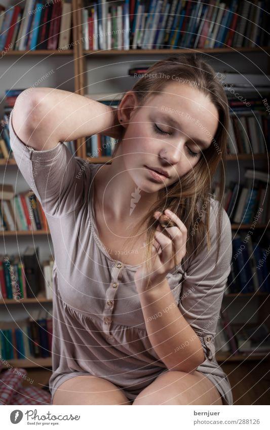 dreaming through the noise Mensch Jugendliche schön Hand Erwachsene Junge Frau Auge feminin Gefühle Spielen Haare & Frisuren grau 18-30 Jahre träumen Arme Haut