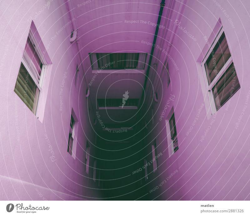 Tiefsinn Stadt Haus Hochhaus Mauer Wand Fassade Fenster dunkel rosa Hof Tiefenschärfe eng Hinterhof Farbfoto Schatten Low Key Starke Tiefenschärfe Weitwinkel