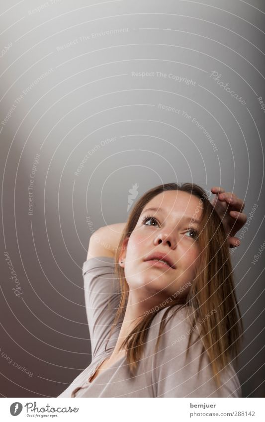 Textfreiraum Mensch Jugendliche Hand Mädchen Erwachsene Junge Frau feminin grau 18-30 Jahre Raum authentisch T-Shirt brünett langhaarig Decke Verlauf