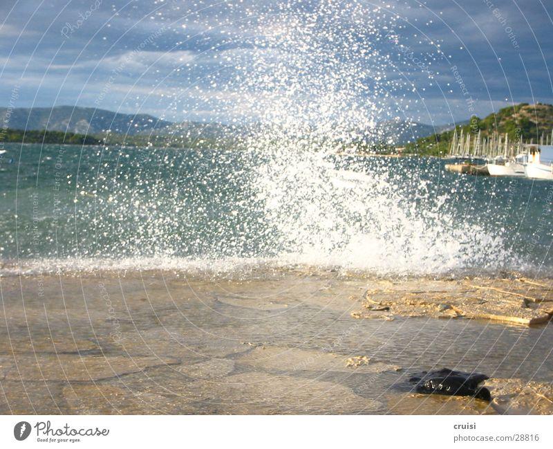 Mini-Springflut Wasser Himmel blau Wellen Küste Hafen Brandung Flut Gischt