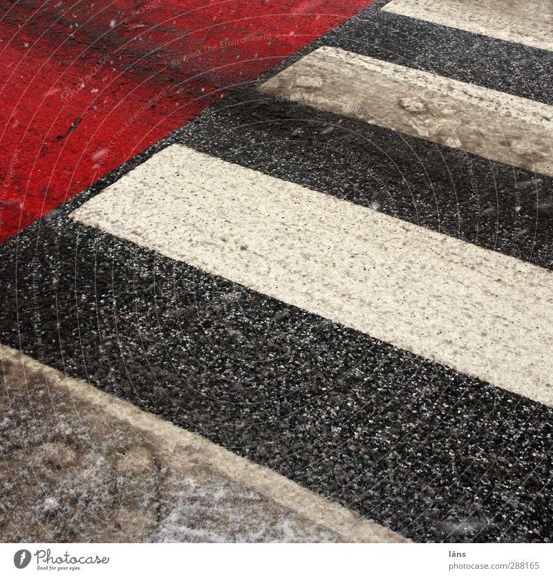 Querung Winter Menschenleer Verkehr Verkehrswege Straße Wege & Pfade Stadt grau rot weiß Zebrastreifen Straßenquerung Fußspur Schneematsch gestreift Balken