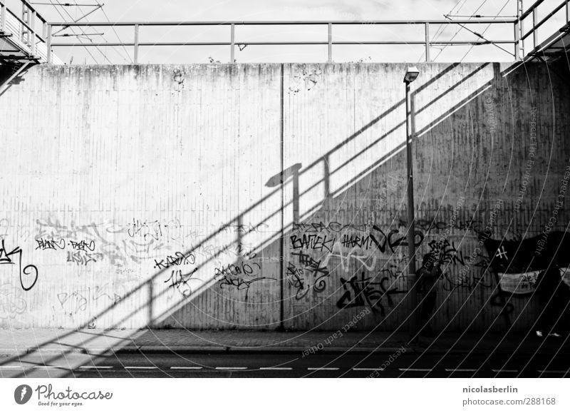 ..GONAL Stadt weiß schwarz Ferne dunkel Graffiti Wand Straße Wege & Pfade Mauer Fassade elegant Ordnung Beton Perspektive ästhetisch