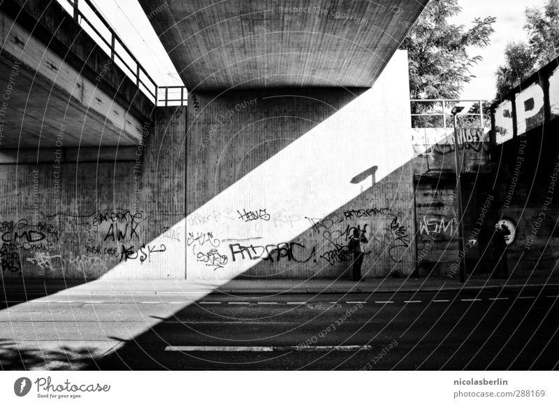 DIA.. Stadt weiß dunkel schwarz Wand Straße Graffiti Mauer Fassade ästhetisch Perspektive Beton Brücke geheimnisvoll diagonal Präzision