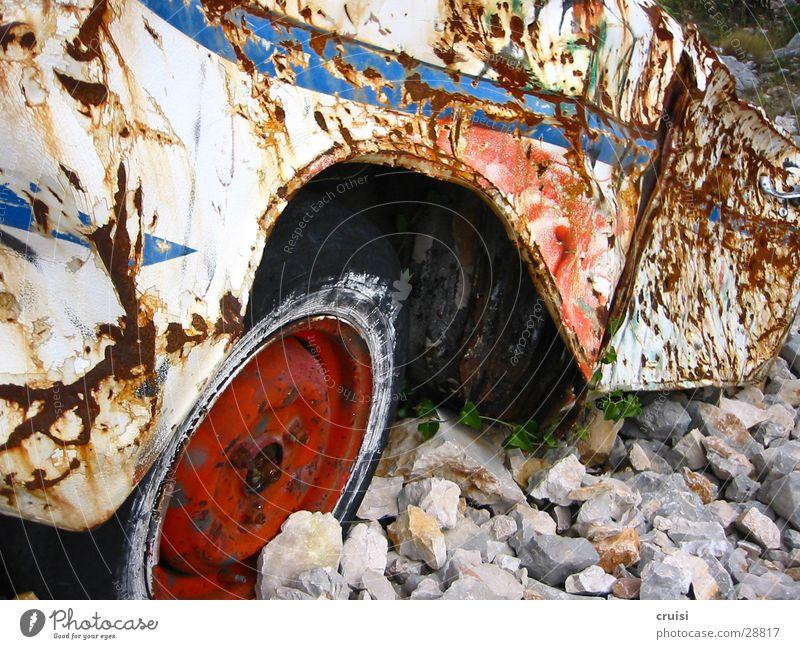 Rost im Kies Natur alt PKW Technik & Technologie kaputt Müll obskur Rost Kies Blech Schrott Beule