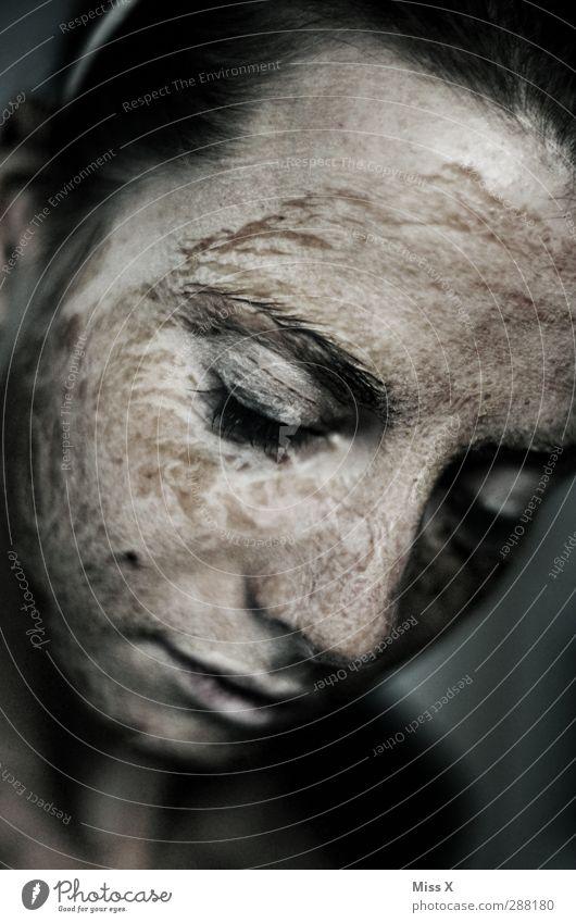 Versteinert Körperpflege Gesicht Kosmetik Mensch Junge Frau Jugendliche 1 Stein dunkel grau Verfall Maske Falte trocken Haut vertrocknet Farbfoto
