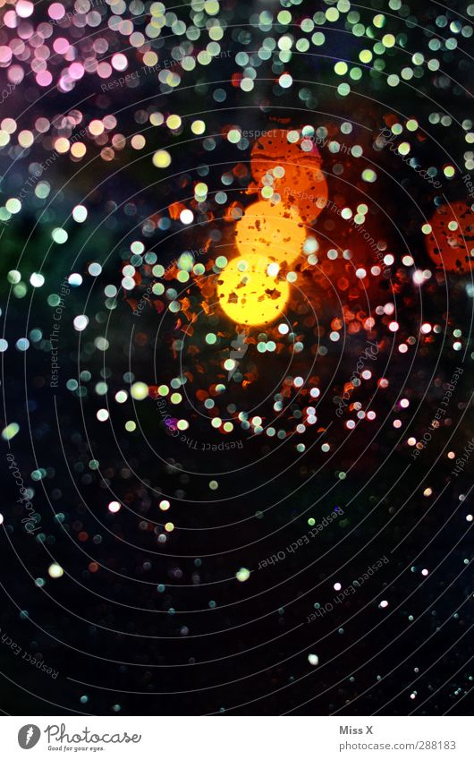 jetzt Gratis-Punkte sichern Wassertropfen Regen leuchten nass mehrfarbig gepunktet Licht Unschärfe Beleuchtung Fensterscheibe Scheibe Farbfoto Muster