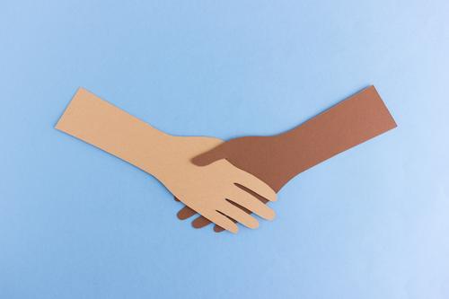 Handschlag Team Mensch Arme 2 festhalten Kommunizieren frei Freundlichkeit gut positiv braun Akzeptanz Vertrauen Einigkeit Freundschaft Zusammensein Solidarität