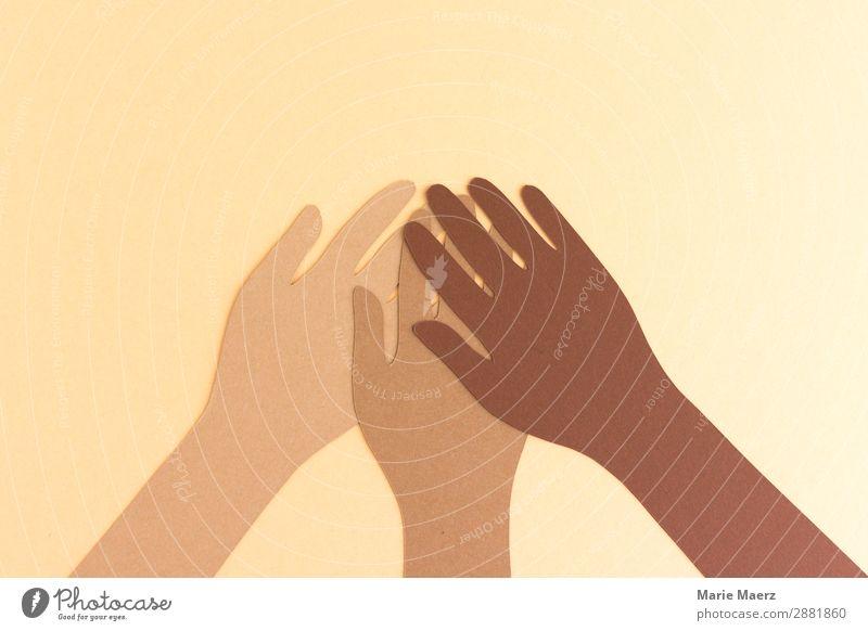 Gemeinsam gegen Rassismus // Drei Hände in verschiedenen Hautfarben aus Papier halten zusammen Team Mensch Hand Zusammensein positiv braun Akzeptanz Vertrauen