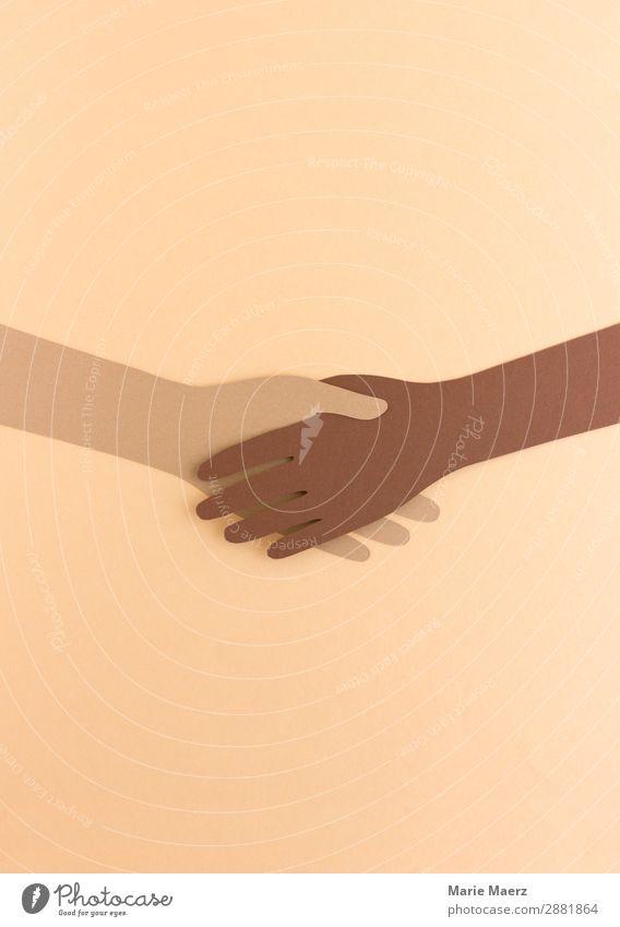 Zwei Hände aus Papier geben sich die Hand Erfolg Team 2 Mensch festhalten Kommunizieren ästhetisch Freundlichkeit Zusammensein braun Tugend Kraft Akzeptanz
