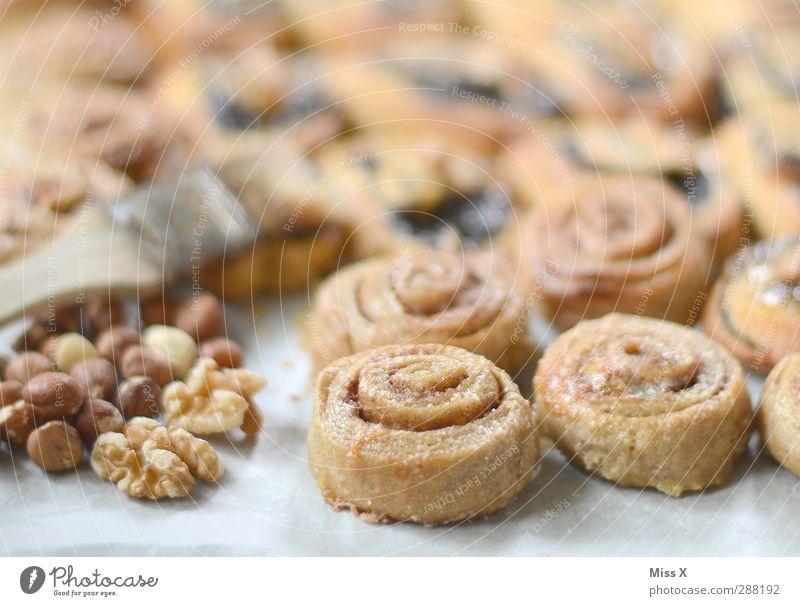 """Ein Tier mit """"N"""" = Nussschnecke Lebensmittel Teigwaren Backwaren Kuchen Ernährung lecker süß Walnuss Nusschnecke Zimtschnecke Spirale Zimtkringel Bäckerei"""