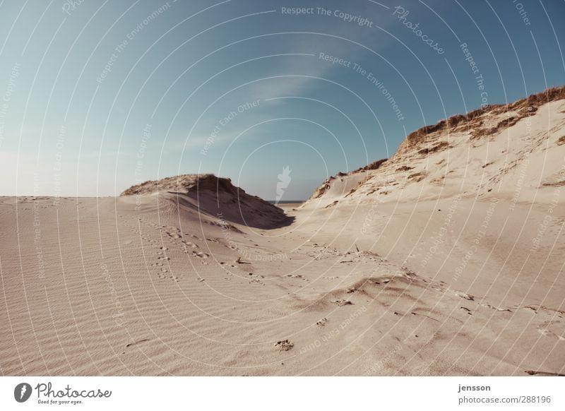 Spuren im Sand Himmel Natur blau Ferien & Urlaub & Reisen Sommer Strand Wolken Landschaft Ferne Umwelt Wärme Freiheit Küste Sand hell Wetter