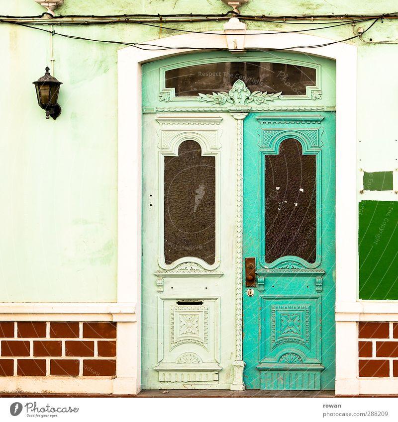 Eingang Stadt Haus Bauwerk Gebäude Architektur Mauer Wand Fassade Tür grün rot Portugal Süden mehrfarbig alt altmodisch streichen Farbanstrich chaotisch
