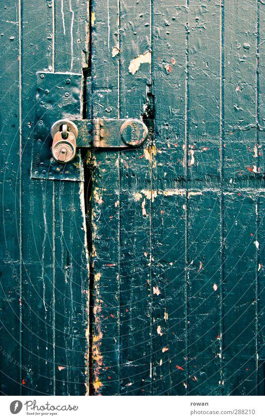 abgeschlossen Tür blau Schloss Vorhängeschloss Sicherheit alt kaputt Farbstoff abblättern Beschläge grün Holztor Farbschicht Abnutzung Einbruch Einbruchsicher