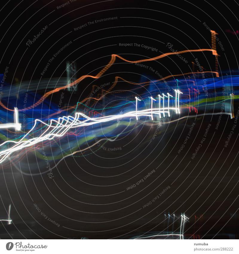 Lichtspuren blau weiß schwarz Bewegung glänzend Verkehr Lifestyle Design Geschwindigkeit Politische Bewegungen Streifen Scheinwerfer Straßenkreuzung Entertainment Lichtspiel Autoscheinwerfer