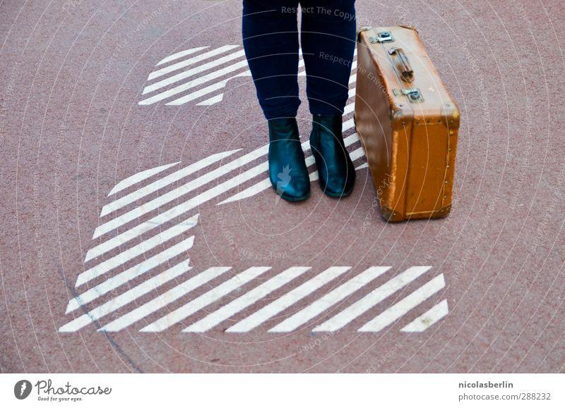Advent, Advent, das zweite Köfferchen brennt Mensch Frau Jugendliche Ferien & Urlaub & Reisen Einsamkeit Erwachsene Junge Frau Beine Fuß 2 Schuhe wandern warten