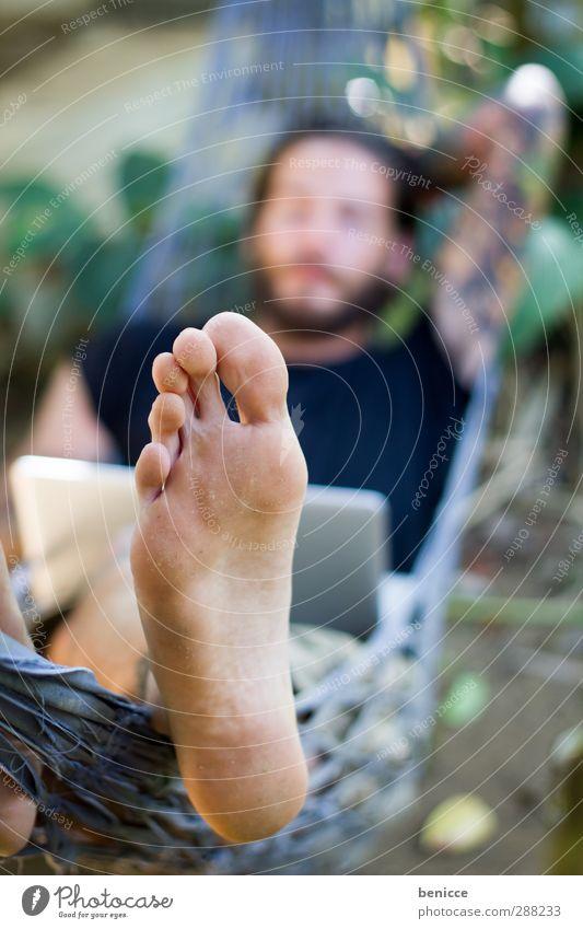 food Fuß Zehen Hängematte Tattoo tätowiert Beine Mann Mensch Junger Mann liegen Sommer Außenaufnahme Barfuß Natur weiß Kaukasier Europäer Nahaufnahme