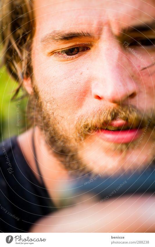 Eye on I Mann Mensch Handy Telefon iphone lesen Porträt Nahaufnahme Blick SMS Neugier Gesicht Auge Bart Vollbart ernst lachen Lächeln
