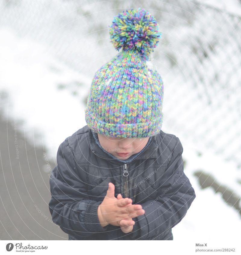 Bommelmützenmaus Mensch Kind Kleinkind Kindheit 1 1-3 Jahre 3-8 Jahre Winter Eis Frost Schnee Mütze kalt Quaste Strickmuster Winterbekleidung frieren Farbfoto