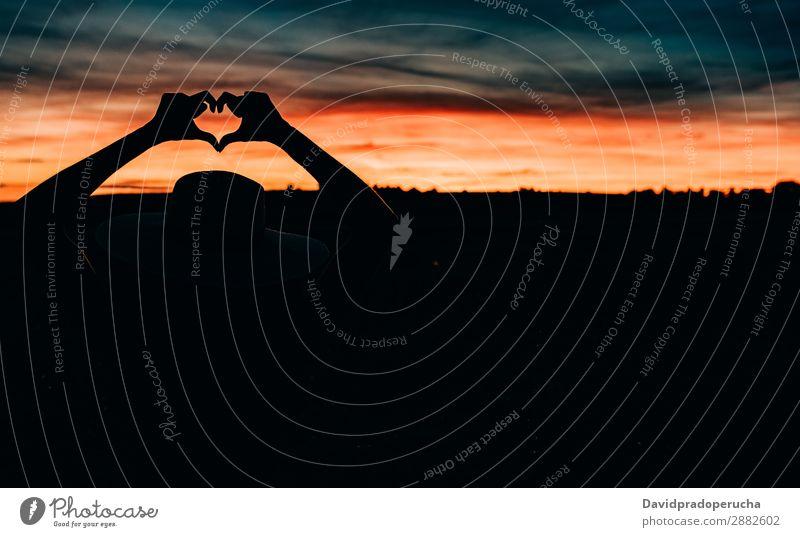 Frauensilhouette im schönen Sonnenuntergang Silhouette Sonnenaufgang erstaunlich mehrfarbig Feuer Orange Natur Mädchen Mensch Hut attraktiv Strukturen & Formen