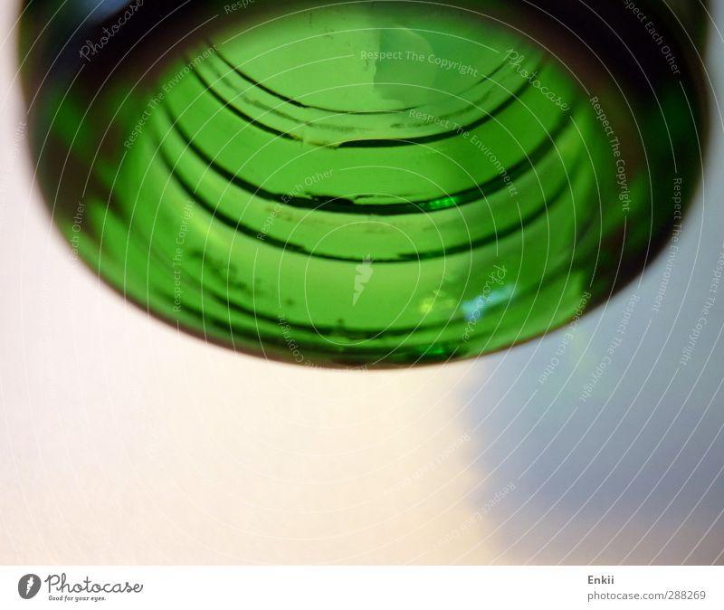Flaschenöffnung Ernährung Getränk trinken Trinkwasser Glas Wasser nass rund blau grün rosa weiß Durst Alkoholsucht Flaschenhals Flaschenverschluss Wassertropfen