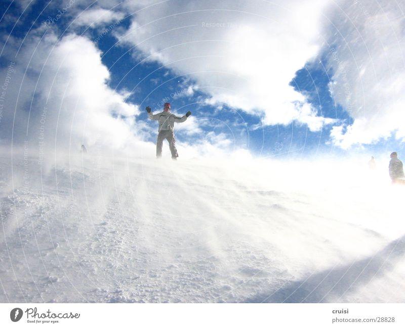Schneesturm weiß Winter kalt Sport Eis Wind Sturm abwärts Wolkenhimmel Snowboarding Snowboarder Hände hoch