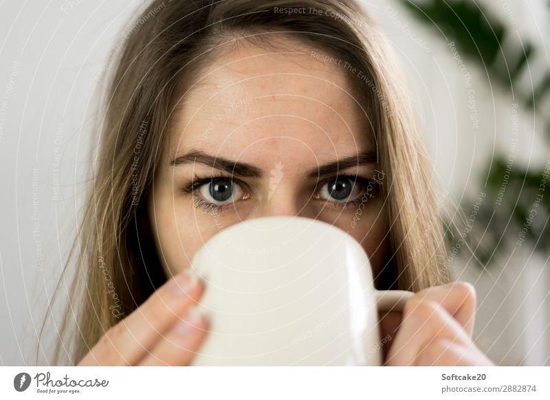 Teezeit Frühstück Heißgetränk Kakao Kaffee Latte Macchiato Tasse Becher Mensch feminin Erwachsene Kopf Gesicht Auge 1 18-30 Jahre Jugendliche trinken