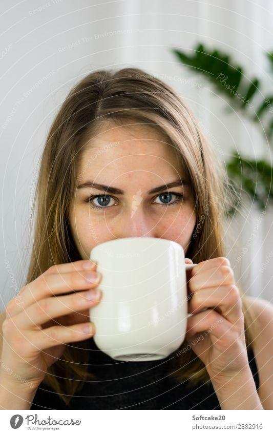 Zeit für Tee Kaffeetrinken Heißgetränk Kakao Tasse Becher Haare & Frisuren harmonisch Wohlgefühl Erholung feminin Junge Frau Jugendliche Erwachsene Kopf Gesicht