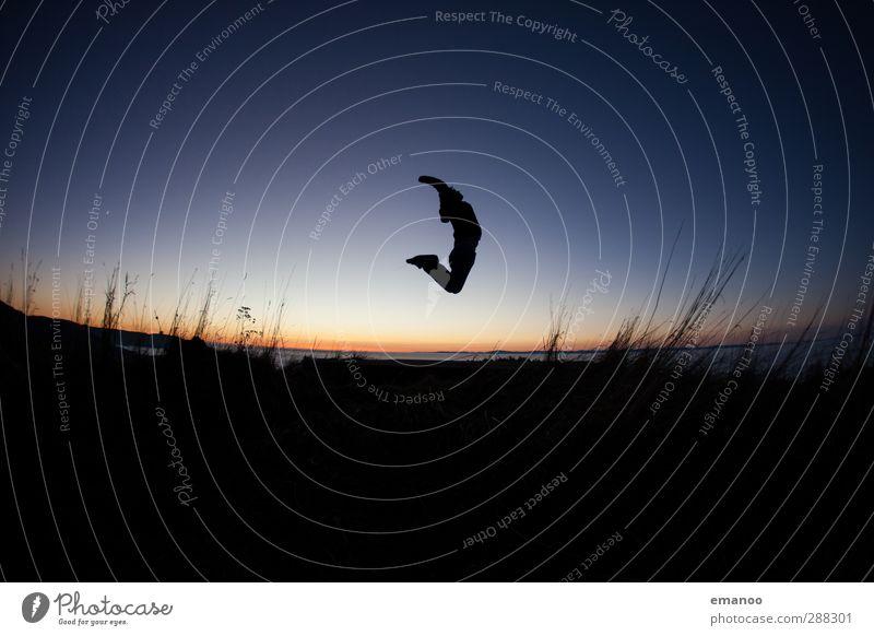 oben gebogen eben Mensch Himmel Natur Mann Jugendliche Ferien & Urlaub & Reisen blau Freude Landschaft Erwachsene Berge u. Gebirge Sport Gras Freiheit Stil