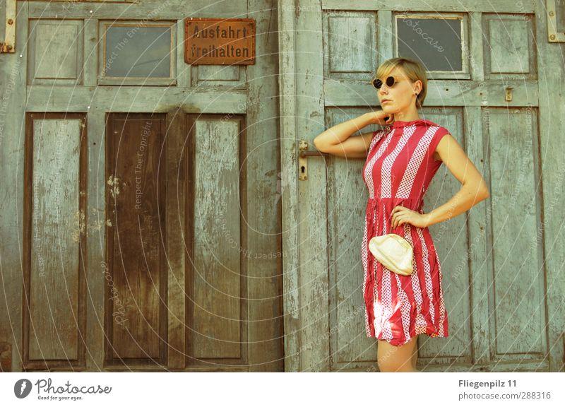 schic Lifestyle Reichtum elegant Stil schön feminin Junge Frau Jugendliche Körper 1 Mensch 18-30 Jahre Erwachsene Tor Tür Mode Bekleidung Kleid Accessoire