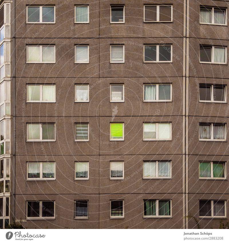 Fassade eines Wohnblocks in Chemnitz Stadt bevölkert überbevölkert Haus Hochhaus Bauwerk Gebäude Architektur Fenster Armut ästhetisch hellgrün Kontrast trist