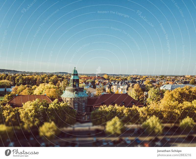 Ausblick über Zwickau im Herbst mit Museum Himmel blau Stadt Landschaft Baum Haus ruhig Ferne Gebäude Deutschland Aussicht ästhetisch Dach Skyline