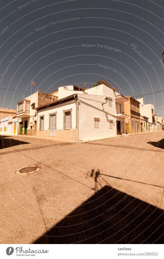 Kurzehosenwetter Himmel Sommer Haus Fenster Wärme Wand Straße Mauer Fassade authentisch Schönes Wetter Wolkenloser Himmel Straßenkreuzung Altstadt Mallorca