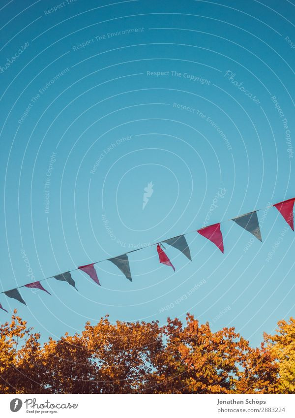 Party im Herbst Schönes Wetter Freude Glück Zufriedenheit Lebensfreude Begeisterung Optimismus Erfolg Feste & Feiern Jahrmarkt Blauer Himmel Herbstfärbung