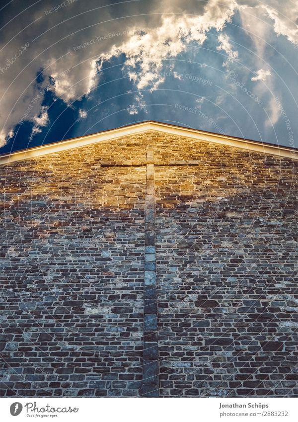 Fassade einer Kirche mit Kreuz und Wolkenhimmel Himmel Himmel (Jenseits) Stadt Architektur Religion & Glaube Wand Tod Wetter Luft ästhetisch Schönes Wetter