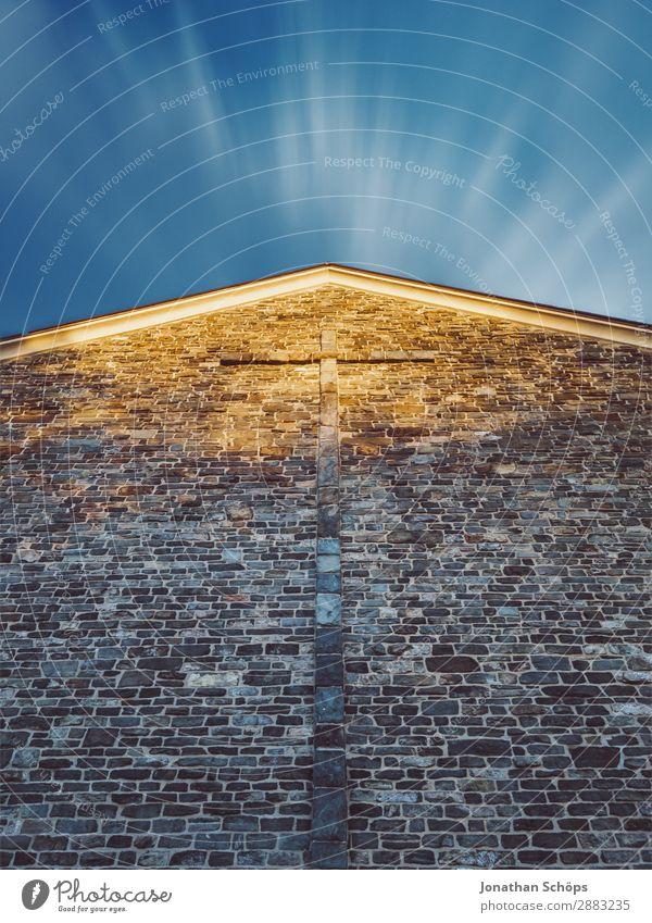 Fassade einer Kirche mit Kreuz vor blauen Himmel Religion & Glaube Mauer Wand Endzeitstimmung Frieden Vertrauen Erde Gott Gotteshäuser Christliches Kreuz Stein
