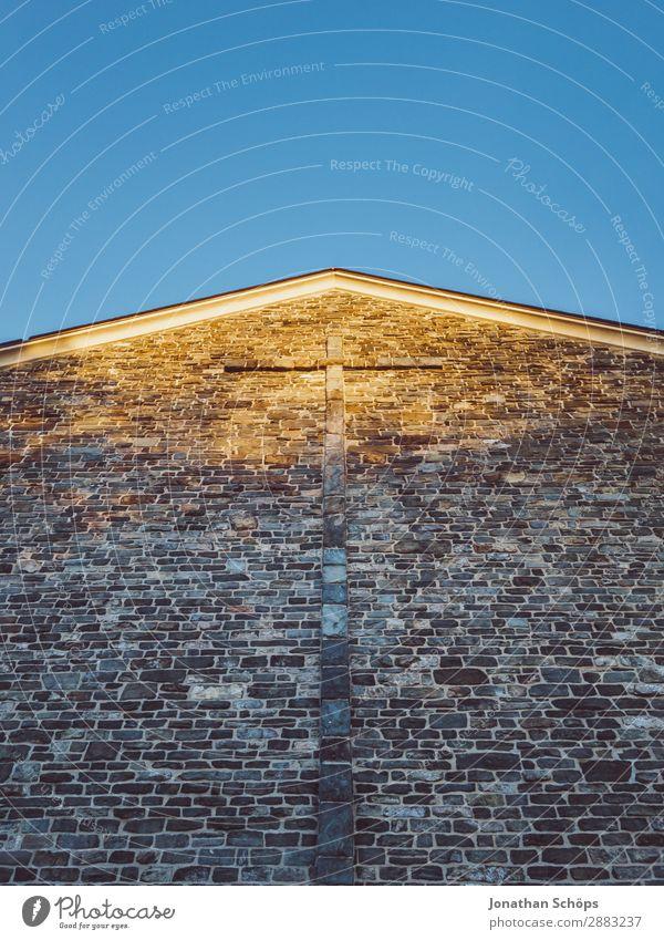 Fassade einer Kirche mit Kreuz vor blauen Himmel Himmel (Jenseits) Religion & Glaube Wand Mauer Stein Erde Hoffnung Frieden Vertrauen Blauer Himmel aufwärts