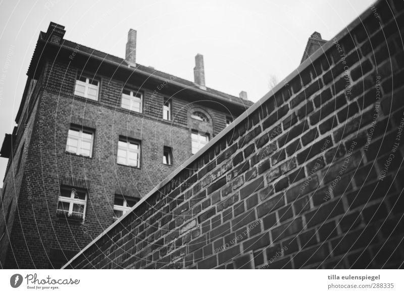 Rosemarie Haus Gebäude Mauer Wand Fassade Fenster Schornstein dunkel kalt Stadt Häusliches Leben Backstein unheimlich Wohnhaus Schwarzweißfoto