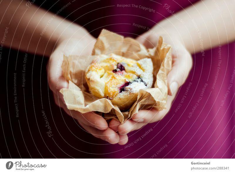 Made with Love Lebensmittel Teigwaren Backwaren Kuchen Dessert Süßwaren Ernährung Kaffeetrinken Slowfood feminin Junge Frau Jugendliche Hand 1 Mensch lecker