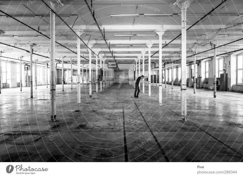 no plan Mensch 1 30-45 Jahre Erwachsene Haus Industrieanlage Fabrik Bauwerk Gebäude Mauer Wand Fenster bauen alt Pause Denken Säule hoch Decke Bodenbelag
