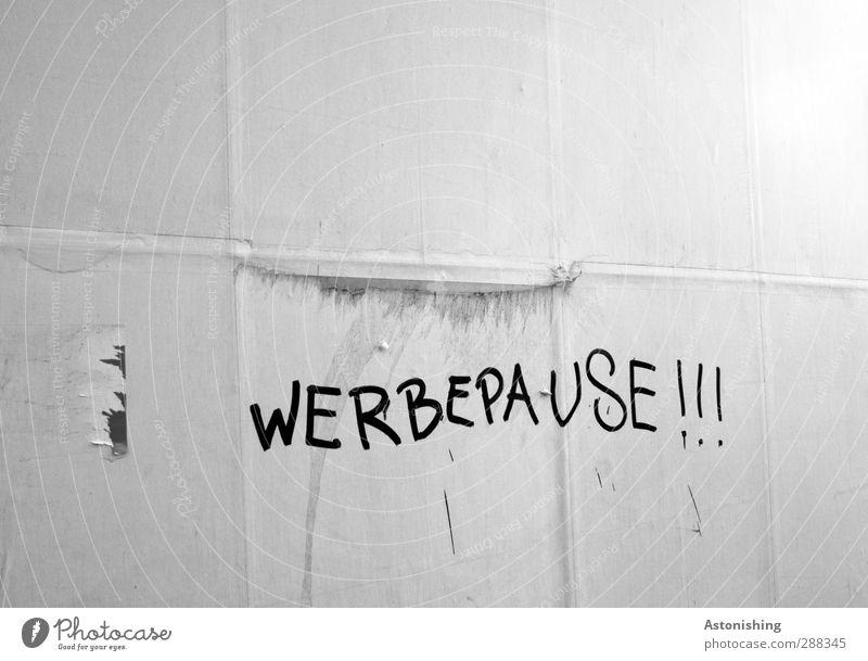 WERBEPAUSE!!! Zeichen Schriftzeichen Schilder & Markierungen Graffiti lustig grau schwarz weiß Freude Werbung Werbebranche Werbepause Pause Plakatwand Papier