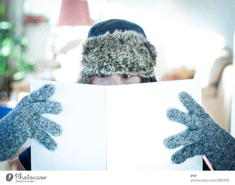 lesen ist cool Mensch maskulin Junge Auge Finger 1 Handschuhe Mütze Buch lernen Bildung Literatur aufregend gefesselt Starrer Blick Heft kalt Printmedien