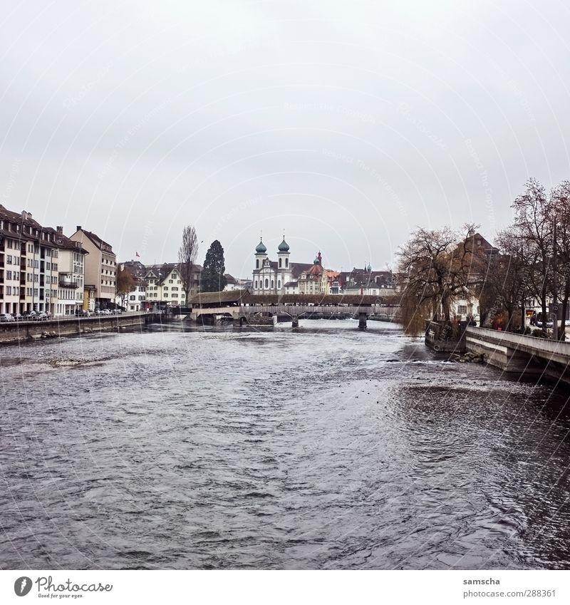 Luzern Umwelt Wasser Himmel Wolken Flussufer Stadt Stadtzentrum Altstadt Brücke dunkel historisch nass grau Schweiz Reuss Flußbett Flußwasser fließen Holzbrücke
