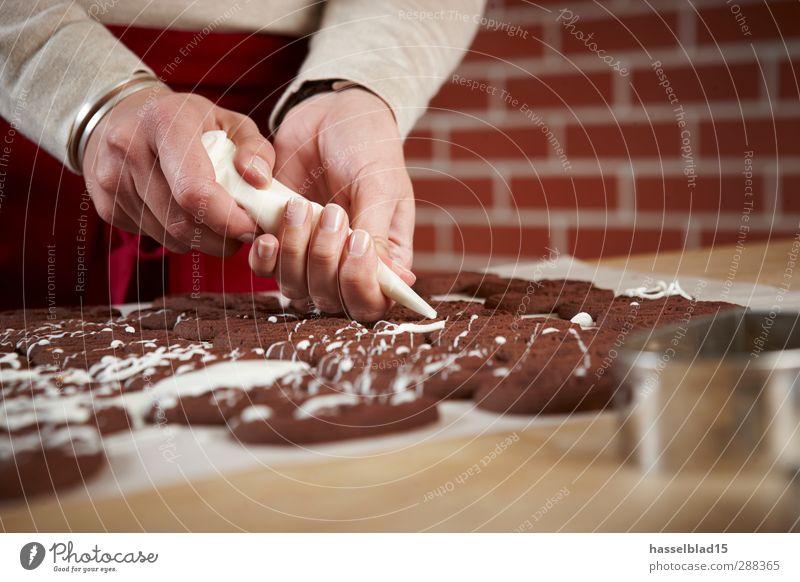Weihnachtsbäckerei Plätzchen Mensch Hand Lifestyle Lebensmittel Arbeit & Erwerbstätigkeit Freizeit & Hobby Ernährung genießen Kochen & Garen & Backen Küche