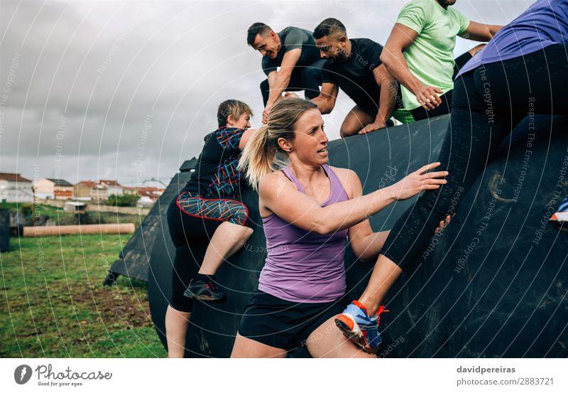 Teilnehmer eines Hindernisparcours auf einer Trommel Lifestyle Sport Klettern Bergsteigen Mensch Frau Erwachsene Mann Menschengruppe authentisch stark schwarz