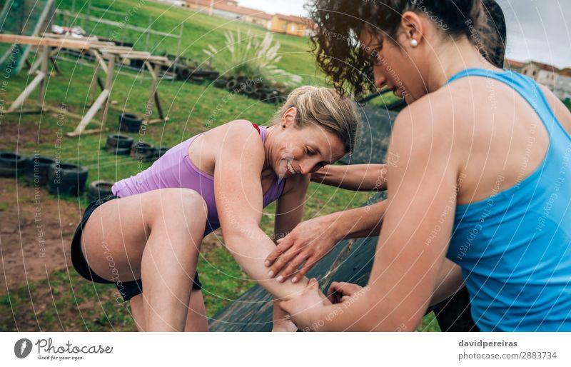 Teilnehmer des Hindernisparcours Kletterpyramide Hindernis Sport Klettern Bergsteigen Mensch Frau Erwachsene Menschengruppe authentisch stark anstrengen