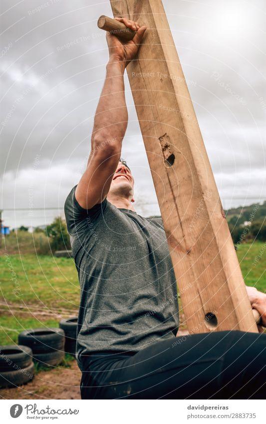 Teilnehmer an einem Hindernisparcours mit Steckbretttechnik Lifestyle Sport Klettern Bergsteigen Mensch Mann Erwachsene Holz authentisch stark Kraft anstrengen